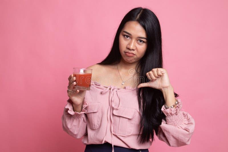 Azjatyccy kobieta kciuki zestrzelaj? nienawi?? pomidorowego sok obraz royalty free