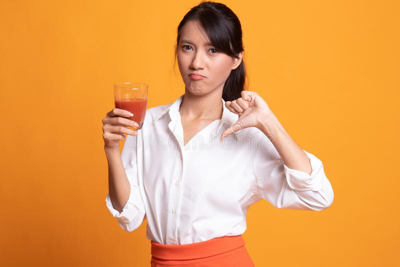 Azjatyccy kobieta kciuki zestrzelaj? nienawi?? pomidorowego sok zdjęcia royalty free