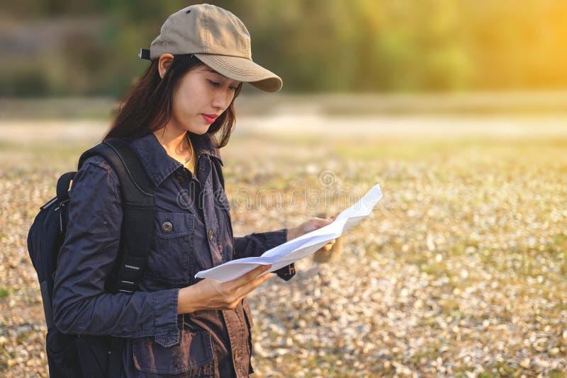 Azjatyccy kobieta podróżnicy z backpacking, stoi widzią mapę, pojęcie podróż Planuje Samotnie zdjęcia royalty free