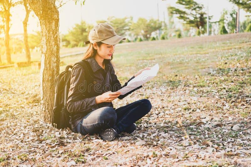 Azjatyccy kobieta podróżnicy z backpacking, stoi widzią mapę, pojęcie podróż Planuje Samotnie fotografia stock