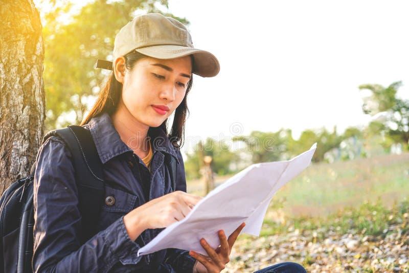 Azjatyccy kobieta podróżnicy z backpacking, stoi widzią mapę, pojęcie podróż Planuje Samotnie obrazy stock