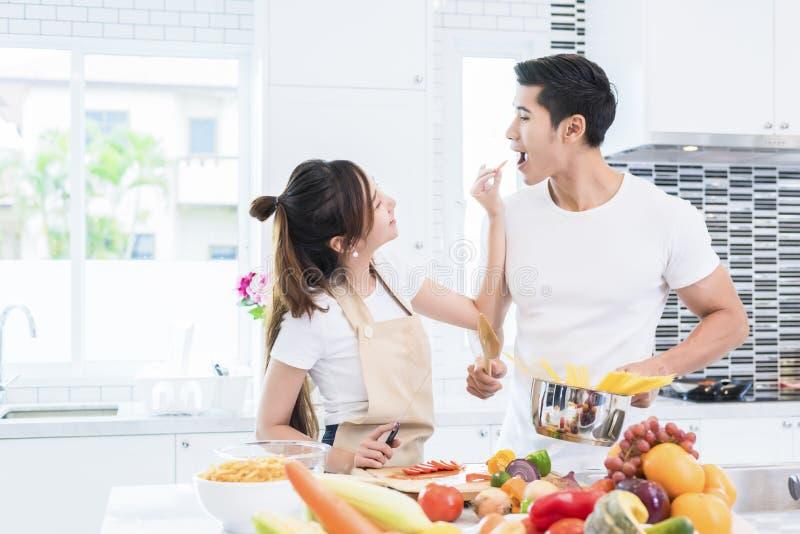 Azjatyccy kochankowie karmi owoc, jedzenie, para i Rodzinny pojęcie do siebie, Miesi?ca miodowego i wakacji temat Salowy wn?trze fotografia stock