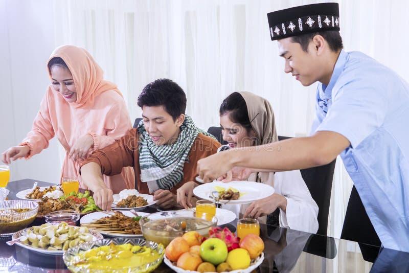 Azjatyccy ludzie bierze foods dla przerw post fotografia royalty free