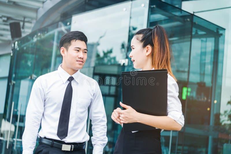 Azjatyccy ludzie biznesu opowiada na zewnątrz biura po pracy obrazy royalty free