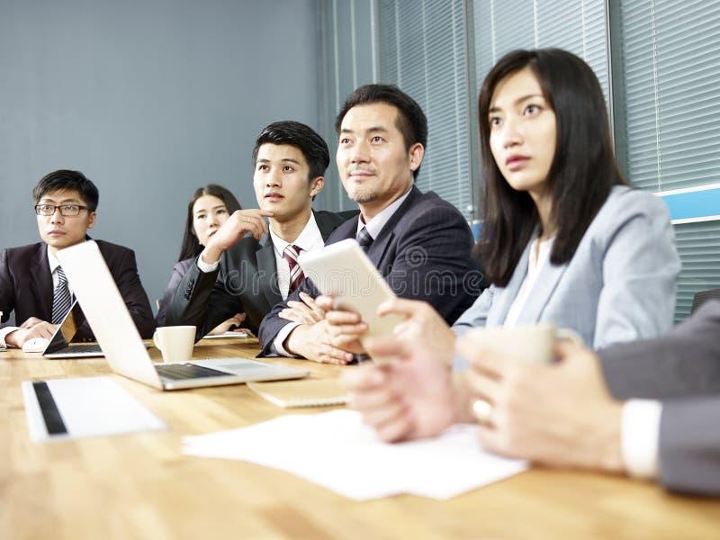 Azjatyccy ludzie biznesu spotyka w biurze zdjęcia stock