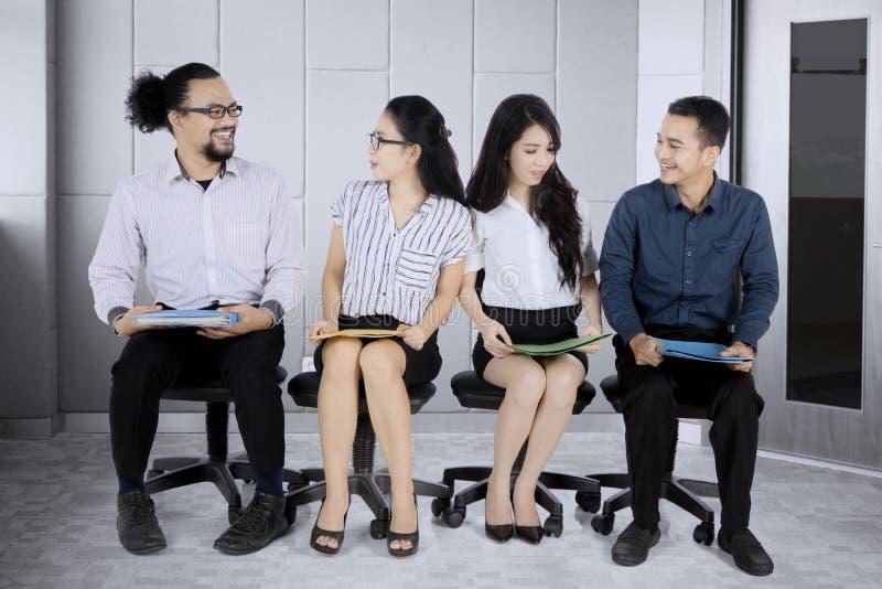 Azjatyccy ludzie biznesu stać w kolejce dla wywiadu fotografia royalty free