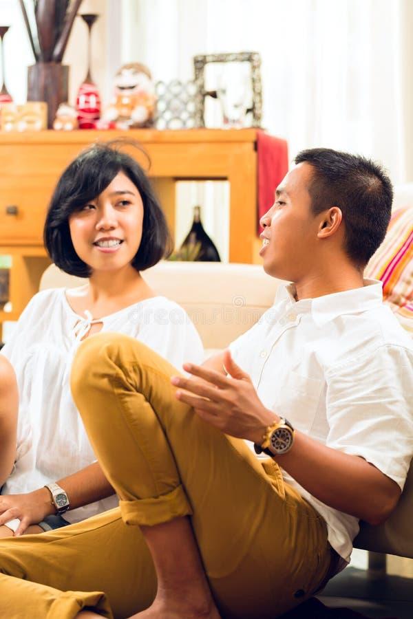 Azjatyccy ludzie pary w żywym pokoju fotografia royalty free