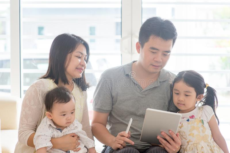 Azjatyccy ludzie skanuje QR kod obraz stock