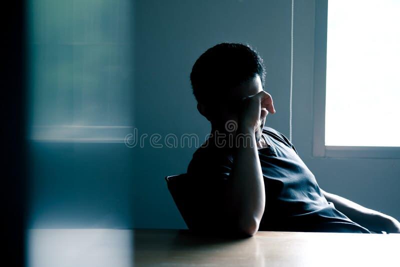 Azjatyccy mężczyźni stres migrenę przy konferencyjnym stołem zdjęcia stock