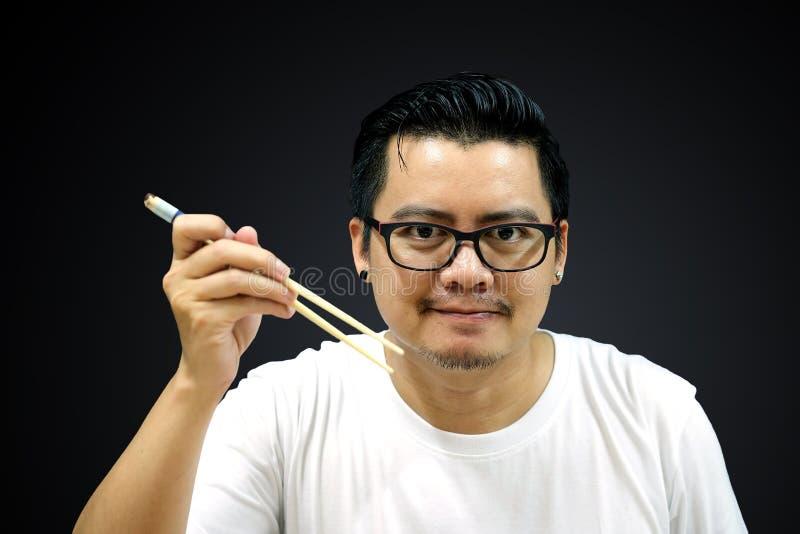 Azjatyccy mężczyzna mienia chopsticks przygotowywający jeść obrazy royalty free