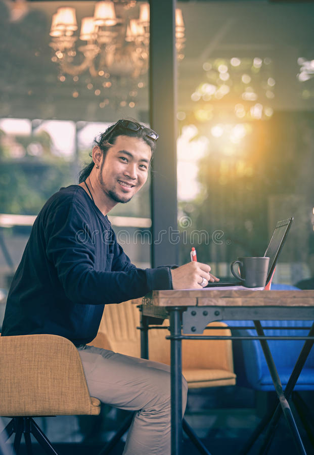Azjatyccy młodzi freelance mężczyzna pracuje biuro z w domu obliczają obraz royalty free