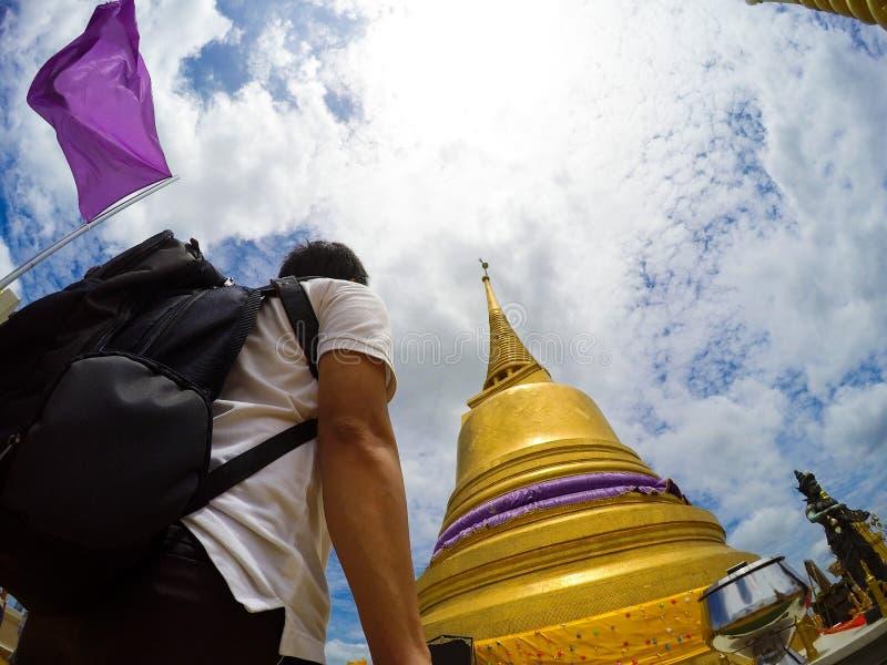 Azjatyccy podróżników selfies z złotą górą, Bangkok, Tajlandia fotografia royalty free