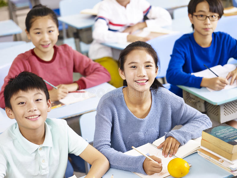Azjatyccy podstawowi ucznie w klasie obrazy royalty free