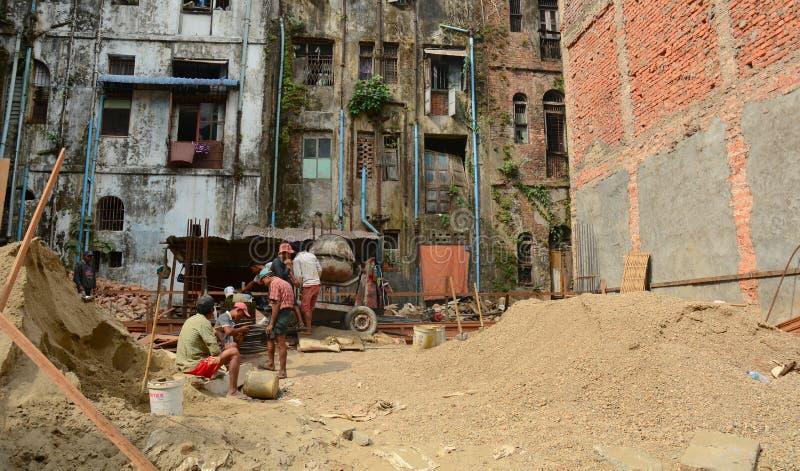 Azjatyccy pracownicy pracuje przy budową obrazy stock