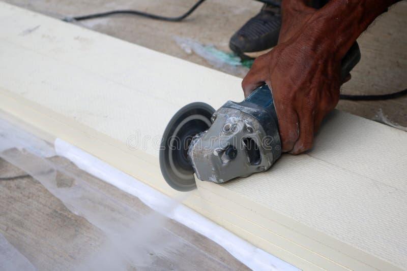 Azjatyccy pracownicy używa elektryczną kurendę zobaczyli ciąć sztucznego drewno zdjęcie stock