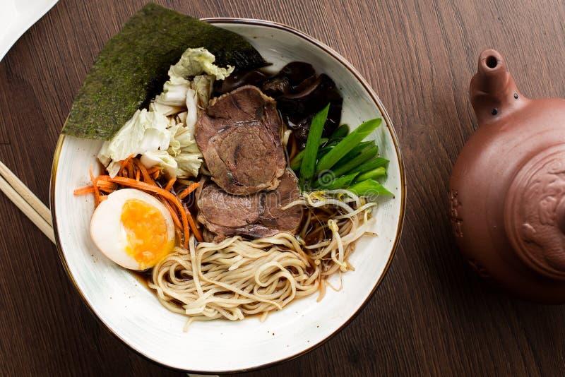 Azjatyccy ramen z wołowiną i kluskami w restauracji obrazy royalty free