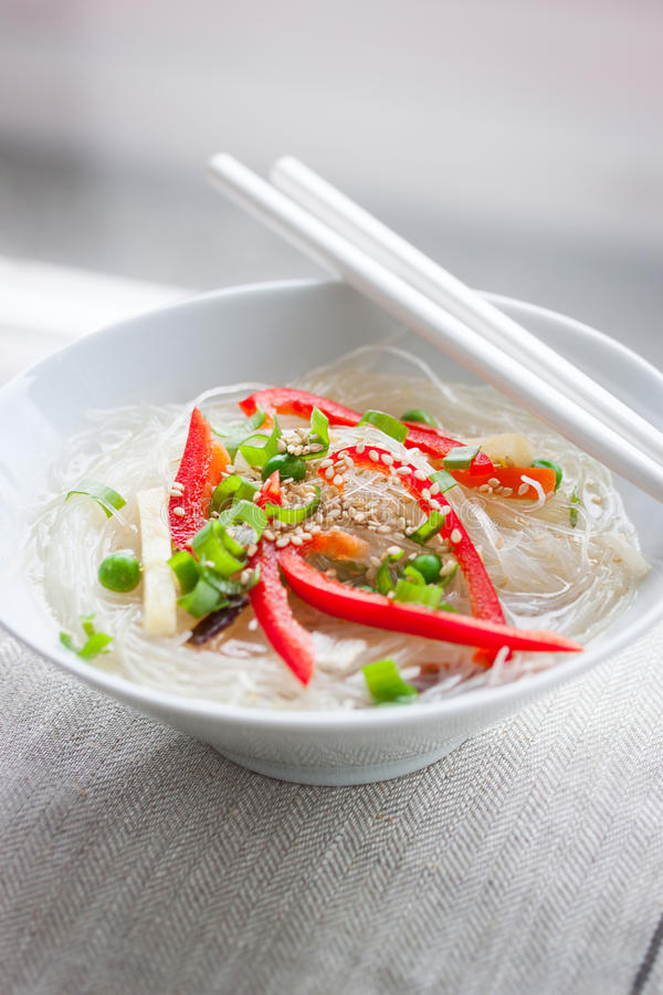 Azjatyccy ryżowi kluski z warzywami i sezamem w pucharze na bieliźnianym tekstylnym tle fotografia royalty free