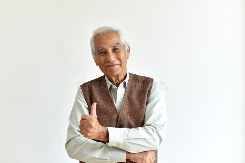 Azjatyccy starszy starego człowieka, Ufnych i uśmiechniętych starsi ludzi pokazuje kciuk w górę, fotografia stock