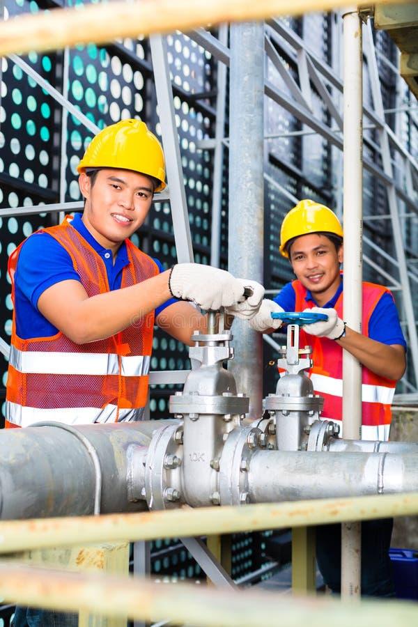 Download Azjatyccy Technicy Lub Inżyniery Pracuje Na Klapie Zdjęcie Stock - Obraz: 33421106