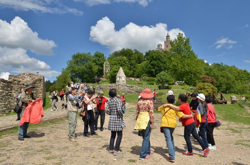 Azjatyccy turyści w Tsarevets fortecy, Veliko Tarnovo, Bułgaria zdjęcie royalty free