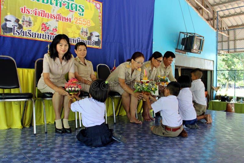 Azjatyccy ucznie biorą dekorującego piedestału tacę ich nauczyciel zdjęcie stock