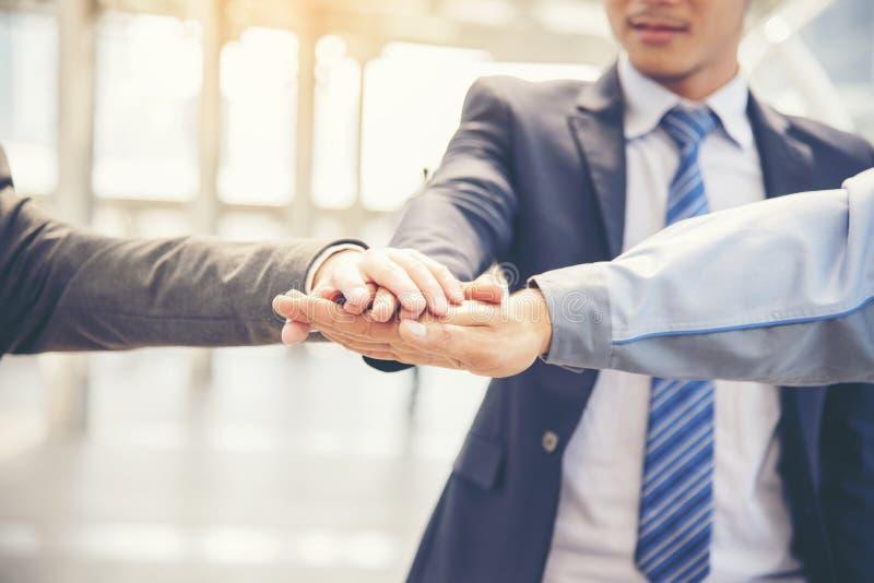 Azjatyccy wielokulturowi biznesowi koledzy zaludniają konsultować plenerowy w nowożytnym mieście Różnorodność coworkers drużynowy zdjęcie stock