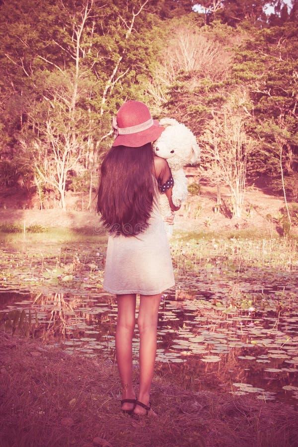 Azjatycka śliczna dziewczyna stoi samotnie przy laguną zdjęcie stock