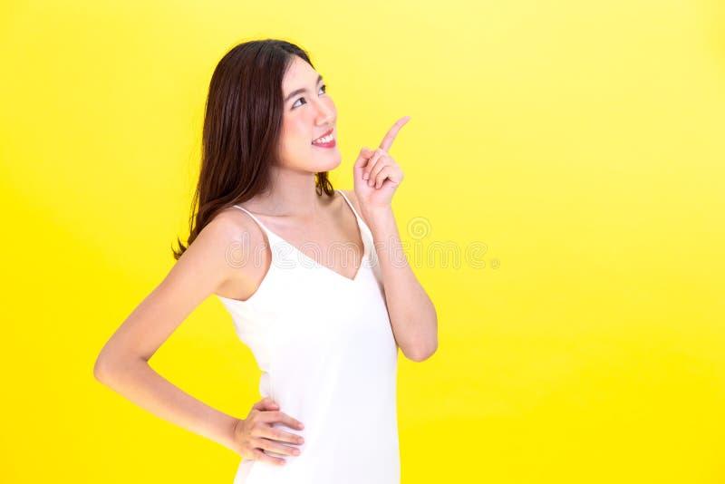 Azjatycka śliczna kobieta wskazuje ręki opróżniać kopii pozować i przestrzeń zdjęcia stock
