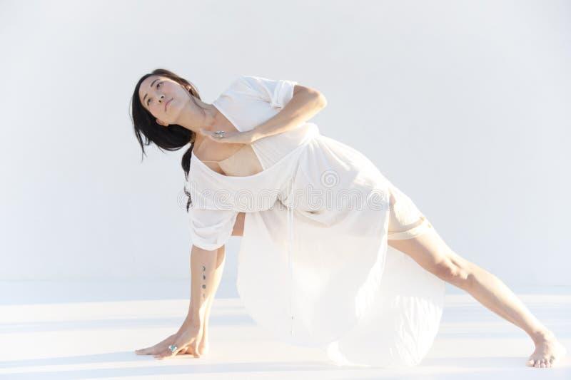 Azjatycka Ameryka?ska kobieta W joga pozy medytacji zdjęcia stock