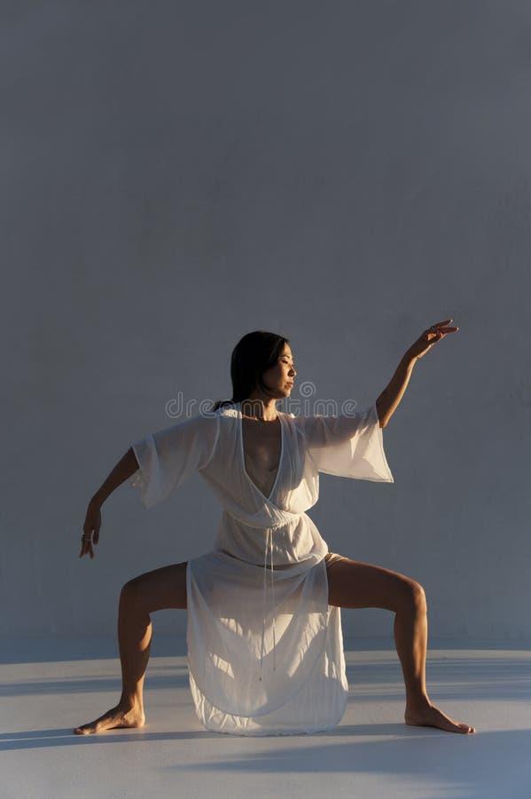 Azjatycka Ameryka?ska kobieta W joga pozy medytacji obrazy royalty free
