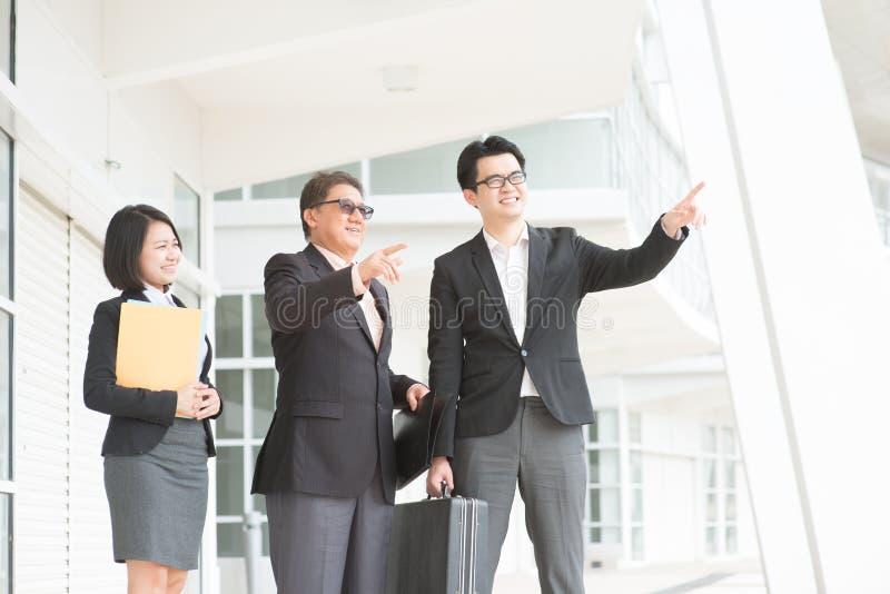 Azjatycka biznes drużyna nad biurem fotografia royalty free