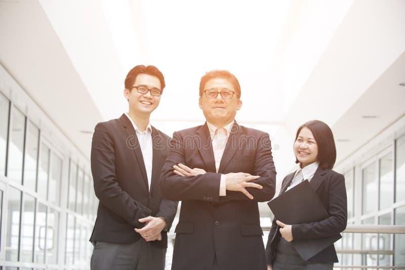 Azjatycka biznes drużyna plenerowa zdjęcie royalty free
