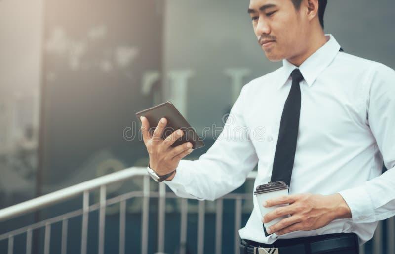 Azjatycka biznesmena mienia pastylka i przyglądający email w ranku fotografia royalty free