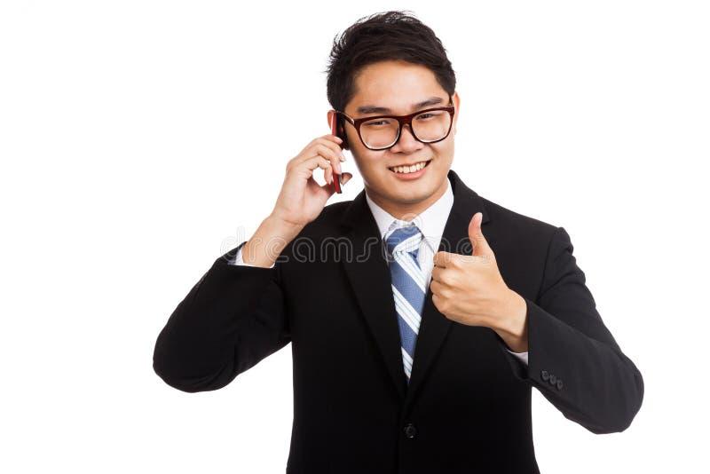 Azjatycka biznesmena uśmiechu rozmowa na telefonu komórkowego przedstawienia aprobatach obrazy stock