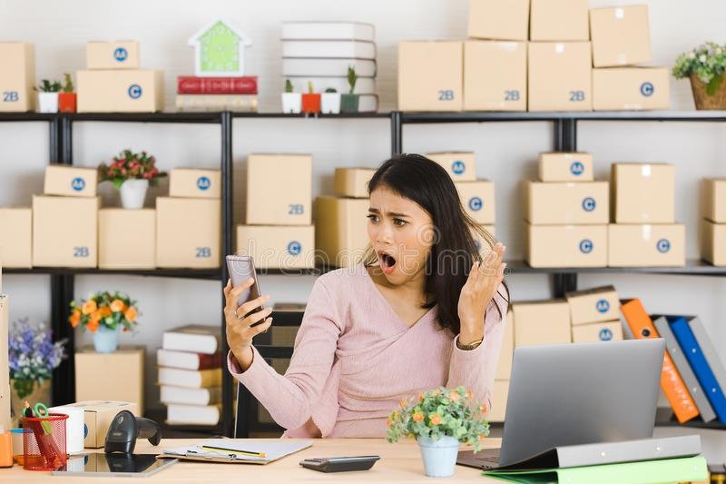 Azjatycka biznesowa dama przy biurem zdjęcie stock