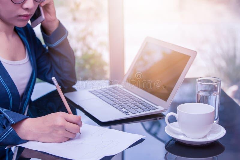Azjatycka biznesowa kobieta dzwoni z writing dalej pisze papierze zdjęcie royalty free