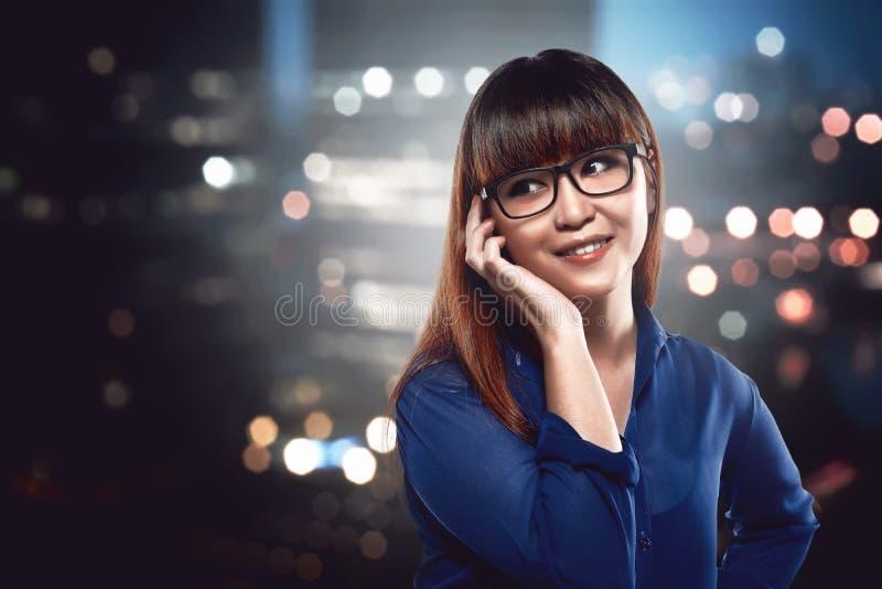 Azjatycka biznesowa kobieta opowiada przez jej telefonu komórkowego obraz royalty free