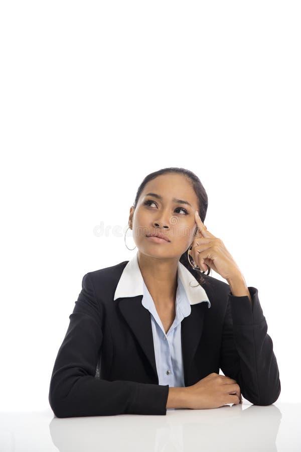 Azjatycka biznesowa kobieta udaje jak główkowanie podczas gdy patrzejący abov fotografia royalty free