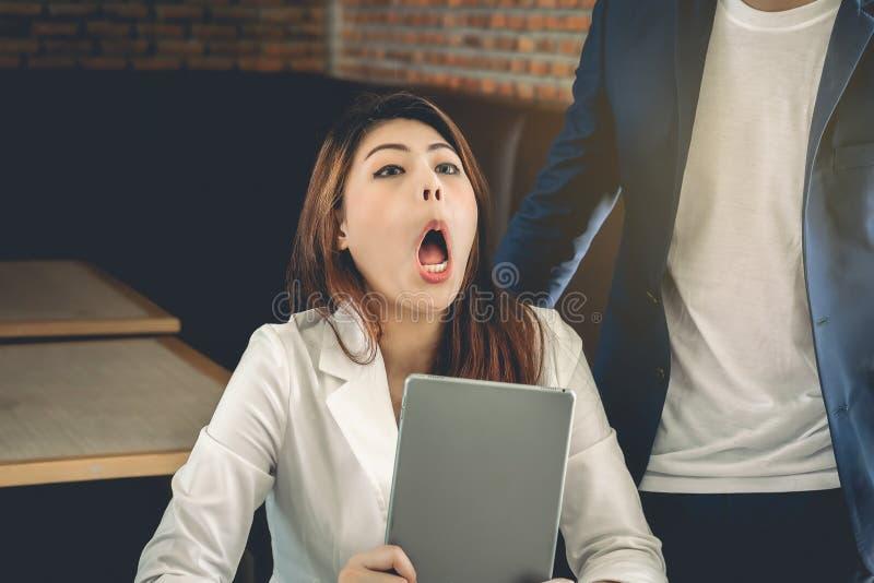 Azjatycka biznesowa kobieta z nieszczęśliwym wyrażeniem podczas biznesu t zdjęcie stock