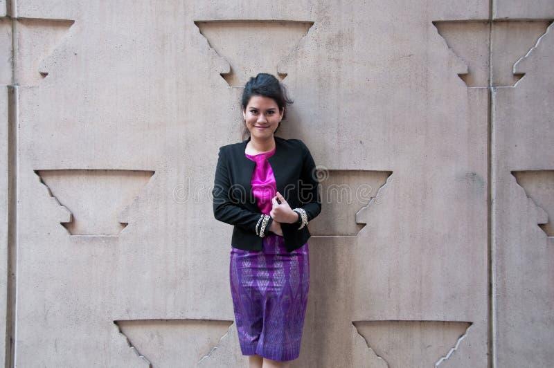 Azjatycka biznesowa kobieta z Tajlandzkimi jedwabniczymi purpurami ubiera obraz royalty free