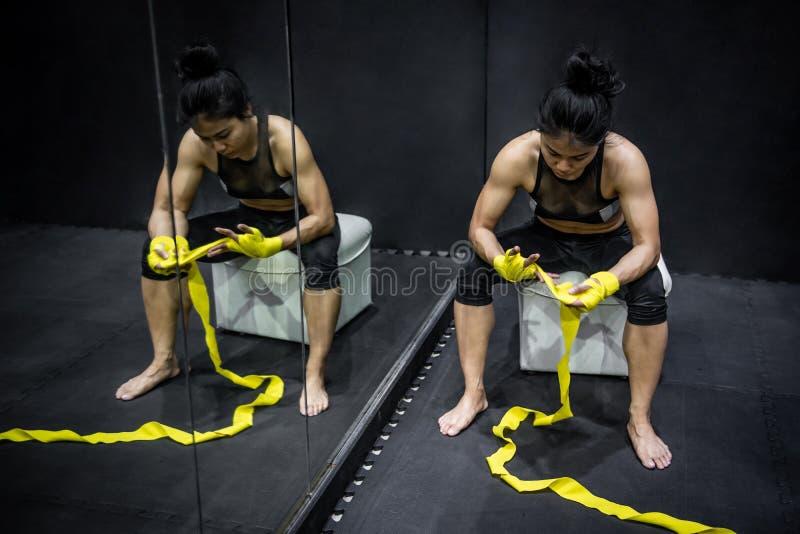 Azjatycka bokser kobieta jest ubranym żółtą patkę na nadgarstku zdjęcia stock