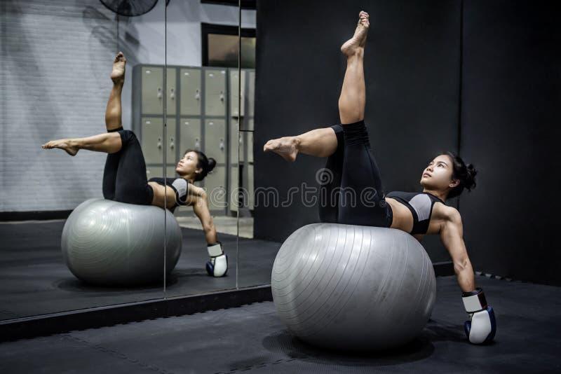 Azjatycka bokser kobieta robi ćwiczeniu z piłką zdjęcie royalty free
