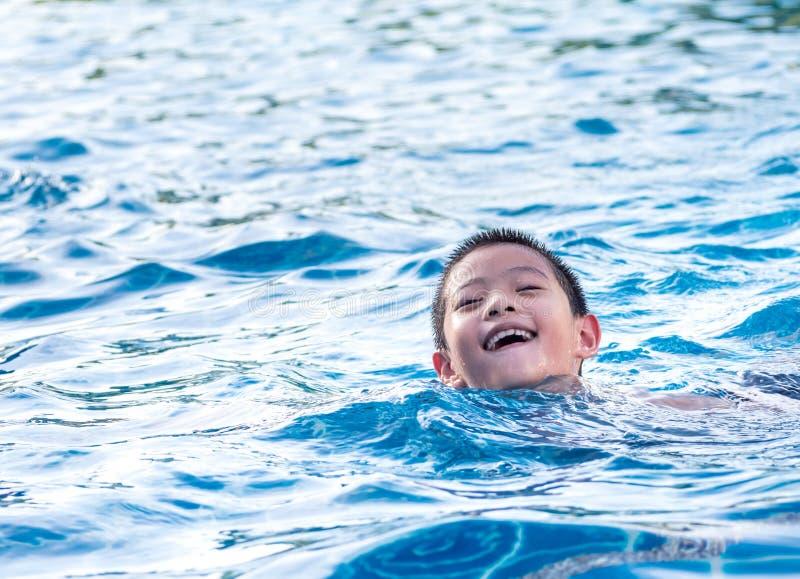 Azjatycka chłopiec bawić się w basenie fotografia royalty free