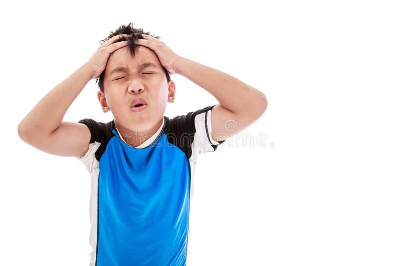 Azjatycka chłopiec migrenę pojedynczy białe tło fotografia stock
