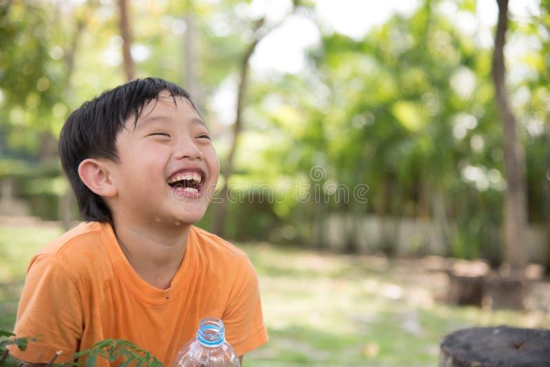 Azjatycka chłopiec napoju woda obrazy royalty free