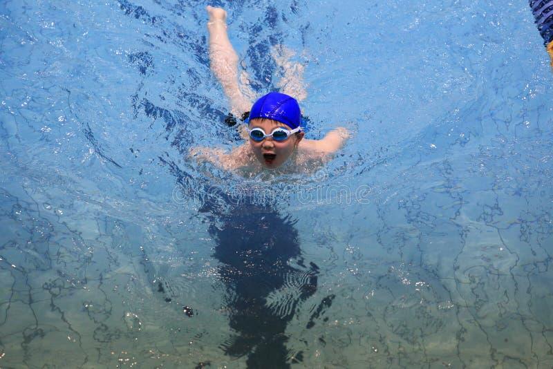 Azjatycka chłopiec pływa fotografia royalty free