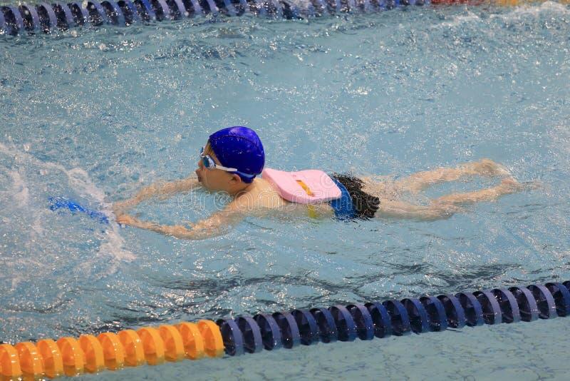 Azjatycka chłopiec pływa zdjęcia stock