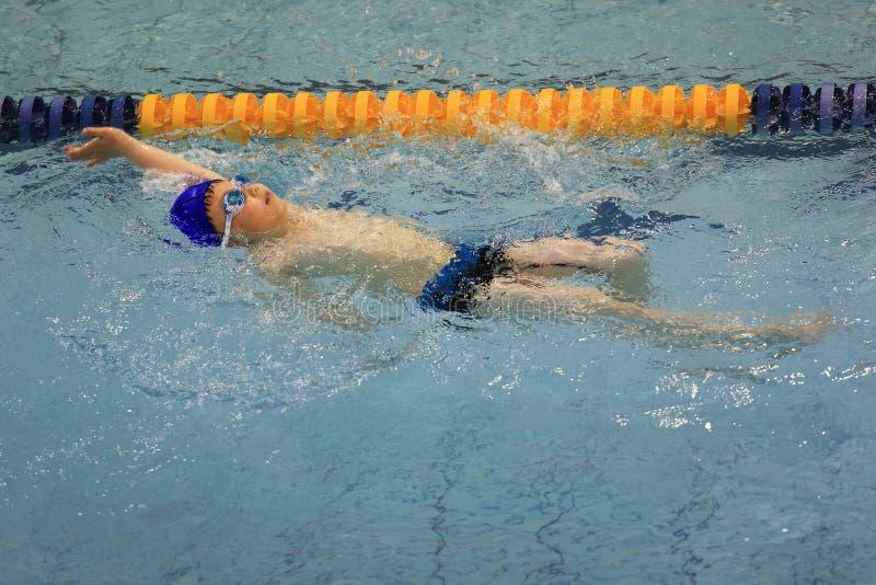 Azjatycka chłopiec pływa zdjęcie stock
