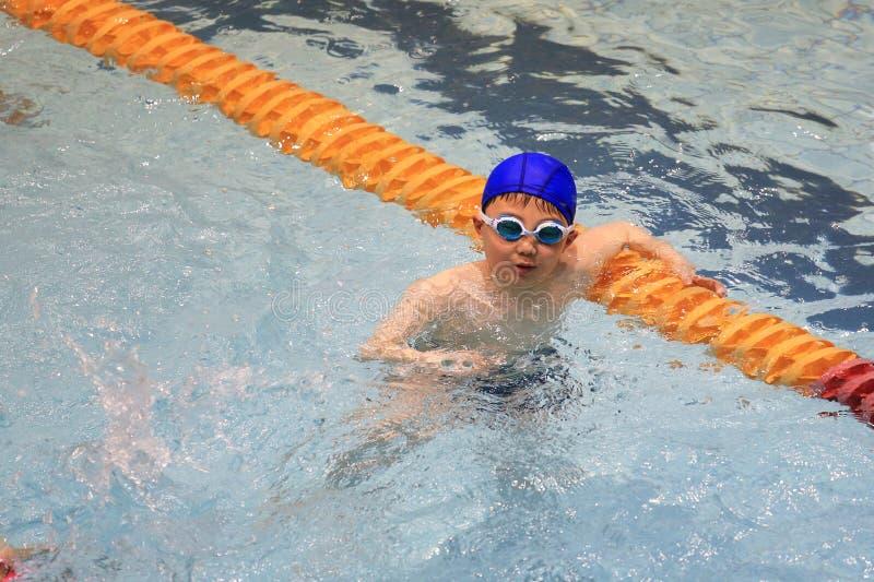Azjatycka chłopiec pływa fotografia stock