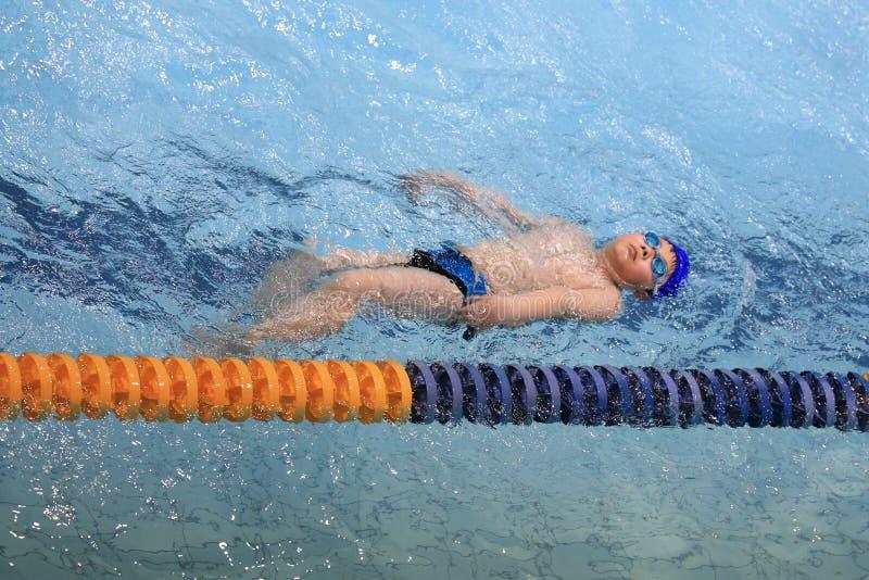 Azjatycka chłopiec pływa obrazy royalty free